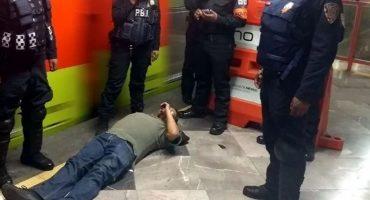 No entienden: Otro hombre rebasa la línea amarilla y es golpeado por el metro