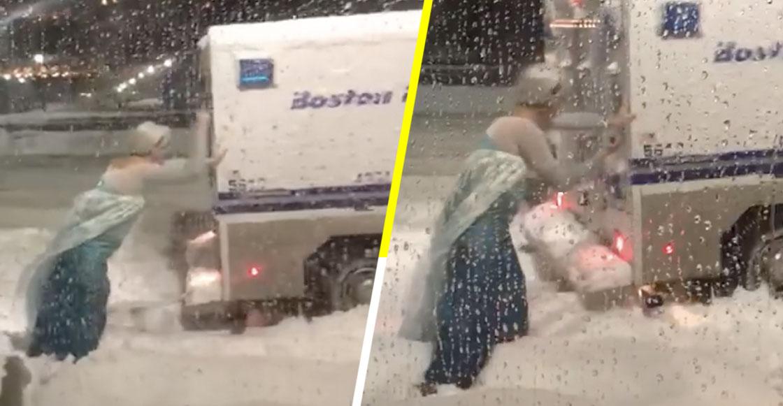 Let it go! Un hombre vestido de Elsa ayuda a una ambulancia a salir de la nieve