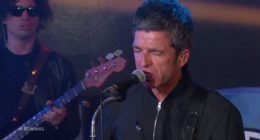 Mira a Noel Gallagher tocando 'Holy Mountain' con metales en el show de Jimmy Kimmel