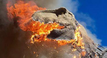 Típico: Vas al parque de diversiones y te encuentras a un T-Rex en llamas