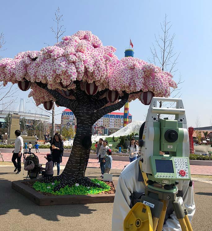 Árbol hecho con piezas de LEGO consigue récord