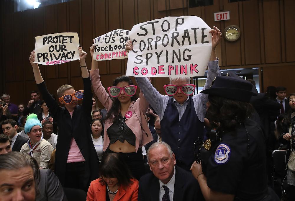 Manifestantes en la comparecencia de Zuckerberg ante senadores