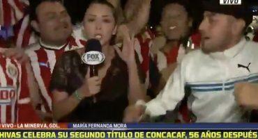Reportera de Fox Sports fue 'manoseada' por fans de Chivas en plena transmisión