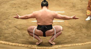 Árbitro intentó correr de un ring de sumo a mujeres que ayudaban a un alcalde japonés que se desmayó