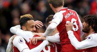 El Arsenal ganó 3-0 al Stoke City y mantiene viva la esperanza de la Champions League