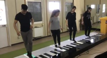Lo que nos faltaba: Artistas italianos tocan 'Despacito' en un piano gigante