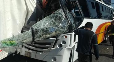 Choque entre un autobús y un tráiler deja 23 heridos en la México-Querétaro