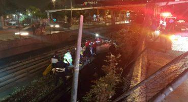 What?! Un auto termina sobre las vías del Metro en CDMX y deja tres heridos