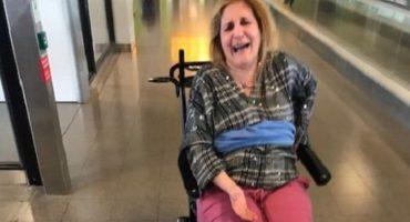 Una mujer enferma fue amarrada a una silla de ruedas durante un viaje en avión