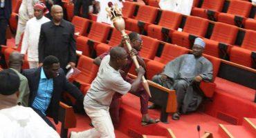 Acusan golpe de estado y paralizan el Senado: Nigeria se descontrola porque les robaron un mazo