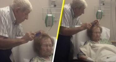 Aww! Este viejito cepillando el cabello de su esposa es lo más tierno que verás hoy