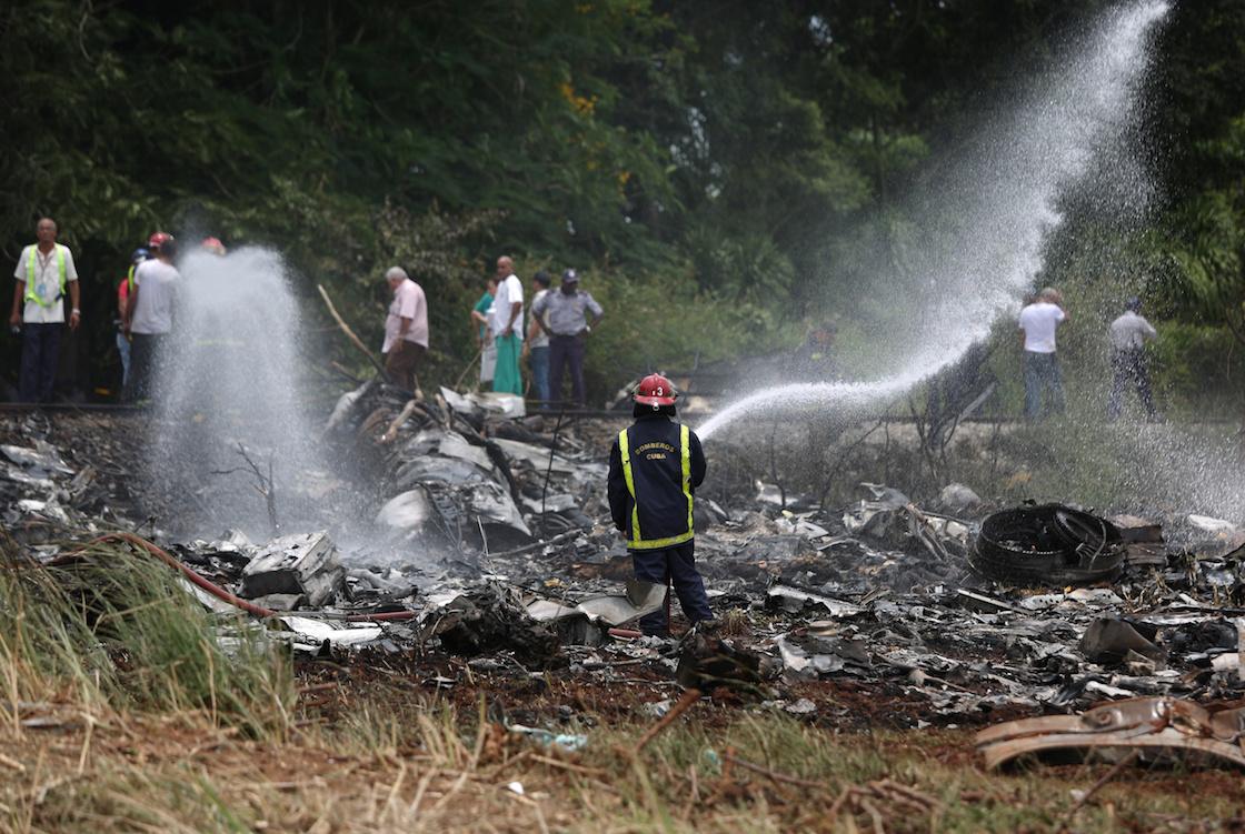 Bomberos trabajando en la zona donde cayó un Boeing 737 en Boyeros, a unos 20 kilómetros al sur de La Habana