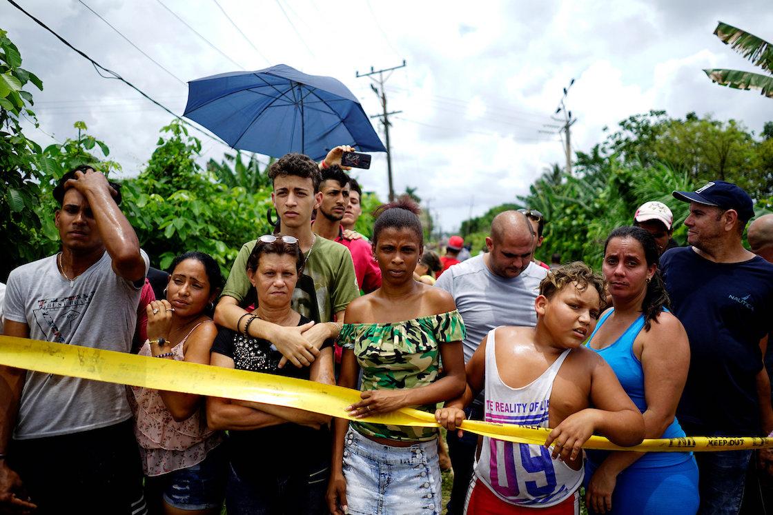 Personas observando la zona donde cayó un Boeing 737 en Boyeros, a unos 20 kilómetros al sur de La Habana, tras el accidente en La Habana