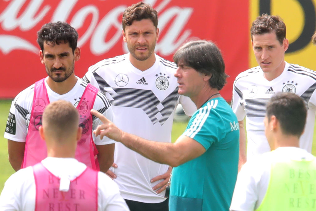 Joachim Low prohibe sexo, alcohol y redes sociales a sus jugadores