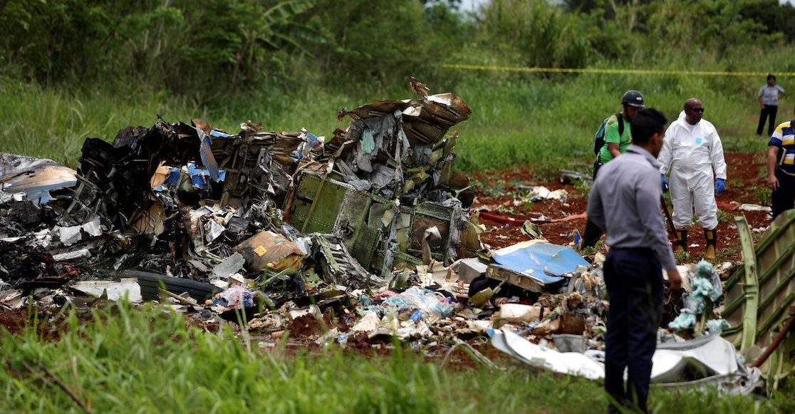 Socorristas trabajando en la zona donde cayó un Boeing 737 en Boyeros, a unos 20 kilómetros al sur de La Habana