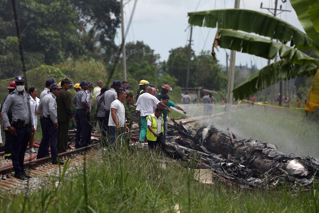 Socorristas trabajando en la zona donde cayó un Boeing 737 en Boyeros, a unos 20 kilómetros al sur de La Habana, Cuba, accidente de avión