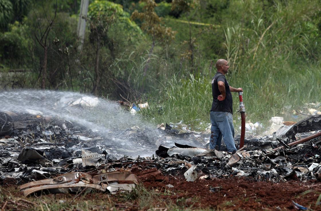 Un socorrista trabajando en la zona donde cayó un Boeing 737 en Boyeros, a unos 20 kilómetros al sur de La Habana