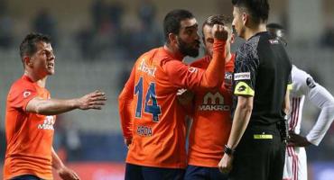 Arda Turan se volvió loco con el abanderado ¡¡Suspendido 16 juegos!!