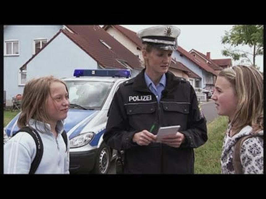 Policía alemana entrevistando ninos