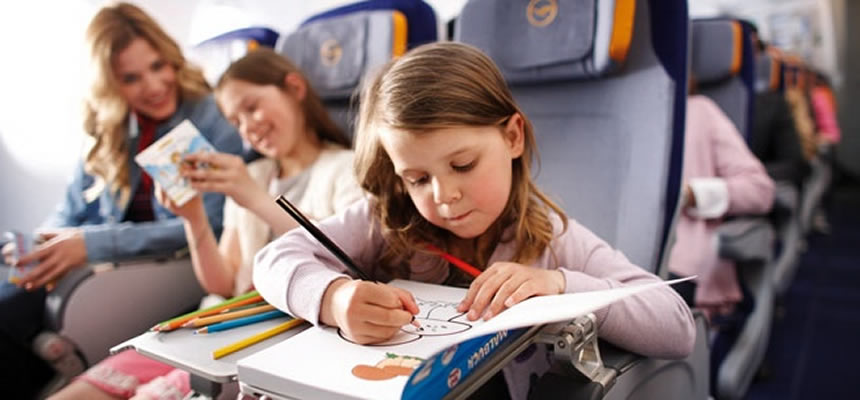 Haciendo tarea en avión