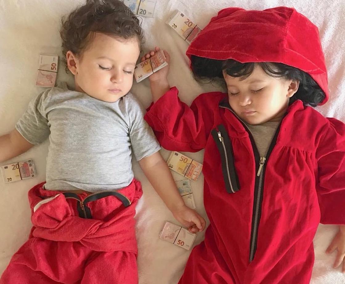 niños disfrazados de personajes de La casa de papel