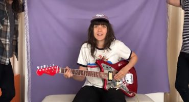 Courtney Barnett te enseña cómo tocar su nueva canción 'Sunday Roast'