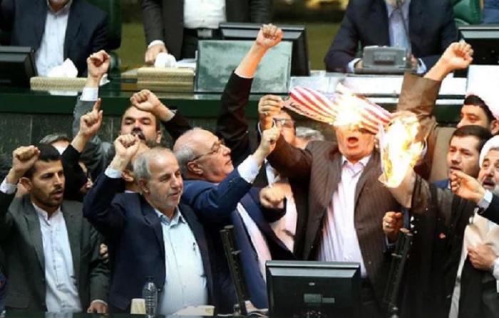 Diputados en Irán queman bandera de Estados Unidos