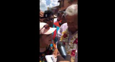 Eva Cadena y AMLO cara a cara, diputada le entrega el libro