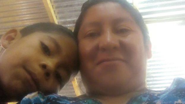 Madre que fue separa de su hijo se reúne con él
