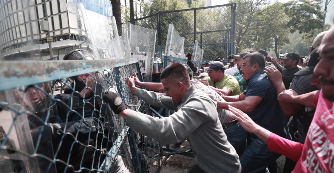 Se enfrenta la CNTE con policías de la CDMX en Reforma