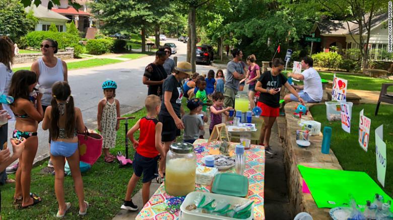 ¡Bravo! Un niño vendió limonadas para ayudar a las familias separadas
