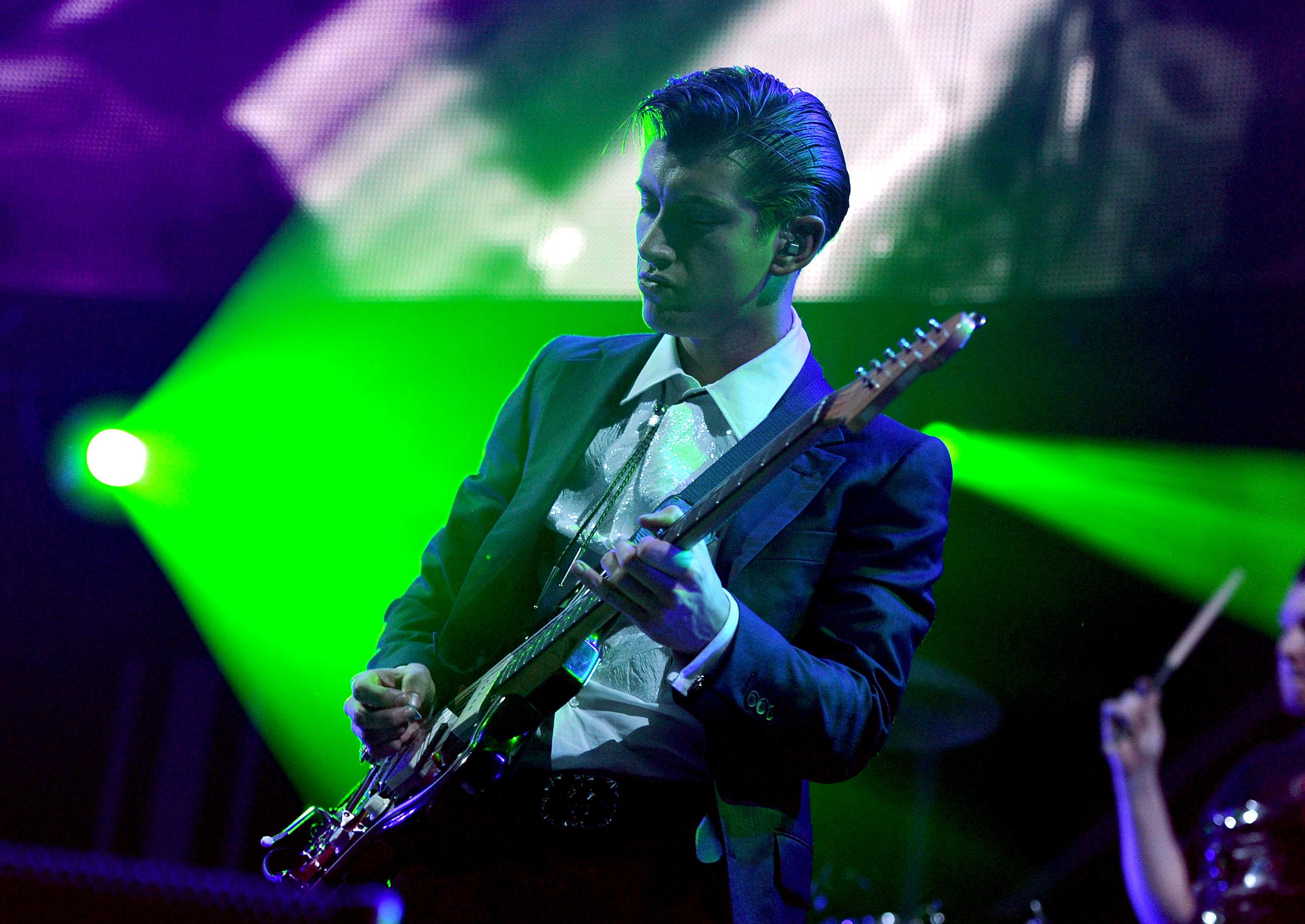 Alex Turner atrapa brassier en concierto