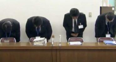 Altos funcionarios de la oficina hicieron una reverencia en disculpa durante la conferencia de prensa televisada sobre la conducta de empleado