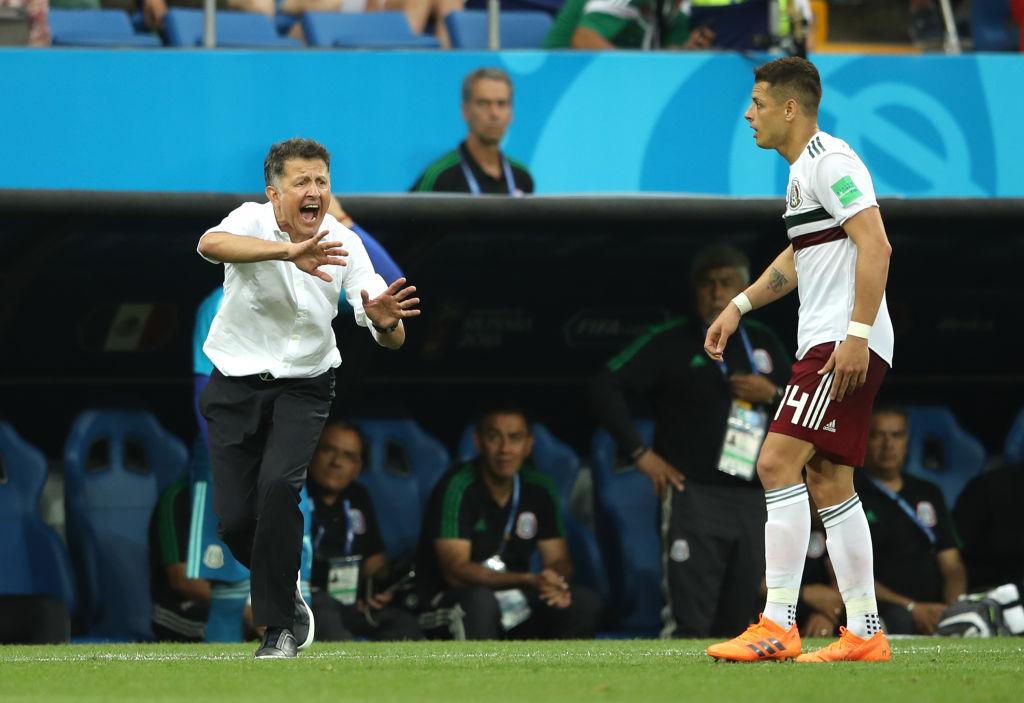 Juan Carlos Osorio dando instrucciones a Chicharito