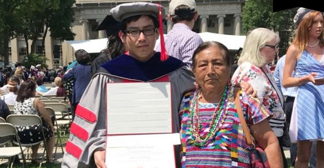Ricardo en la graduación con su mamá