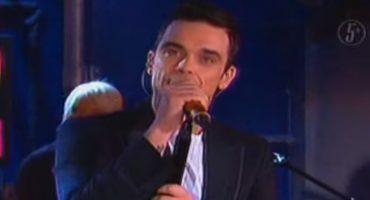 Como cuando en el 2005 Robbie Williams cantó en el programa 'No Manches'