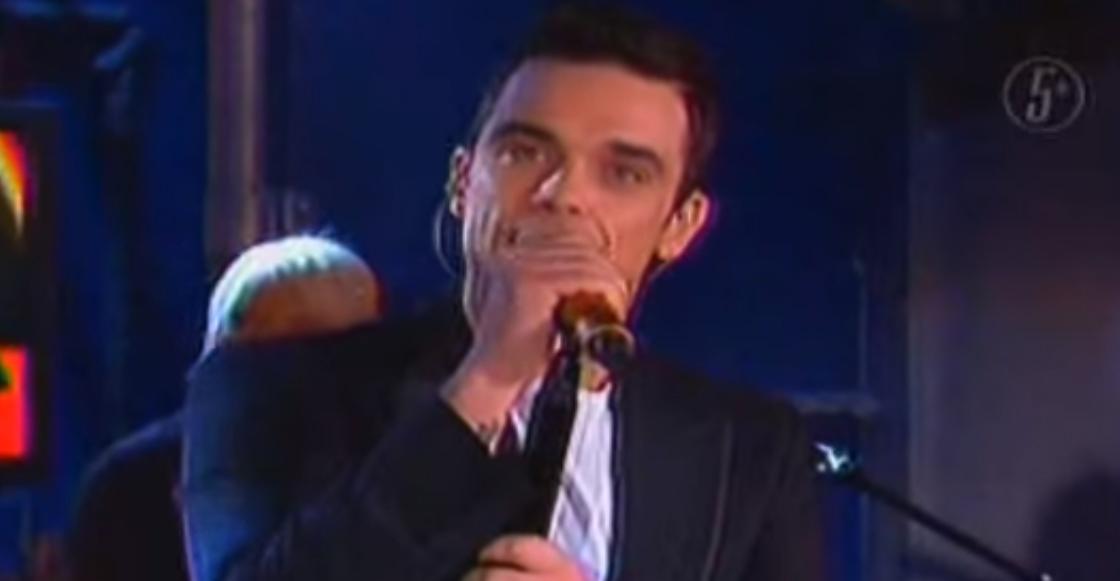 Como cuando en el 2005 Robbie Williams cantó en el programa