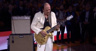 ¡Toma eso, Trump! Carlos Santana interpreta el himno de EU en el segundo juego de las finales de la NBA