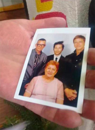 Interpol y la foto con una señora desconocida digna de una pared mexicana