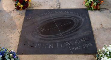 Las cenizas de Stephen Hawking fueron colocadas junto a las tumbas de Charles Darwin y Sir Isaac Newton
