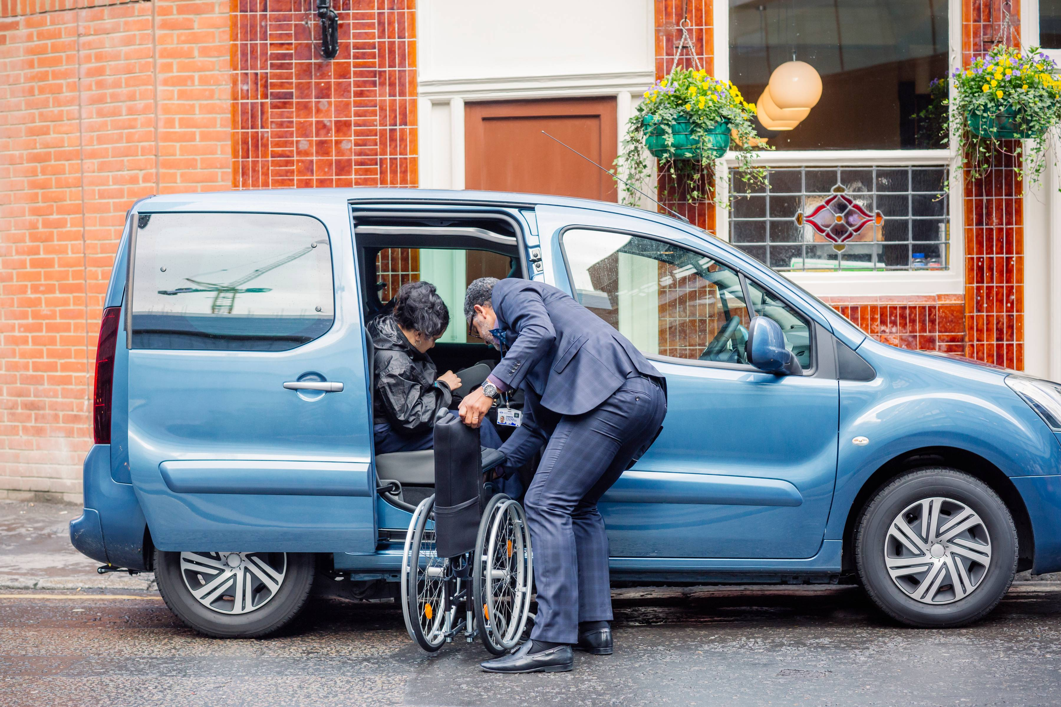 Uber lanza modalidad para ayudar a personas con discapacidades