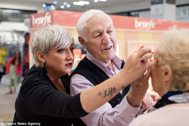 viejito aprende a maquillar esposa