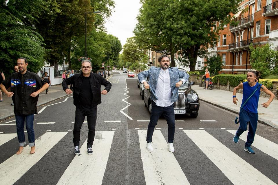¡Café Tacvba reproduce la portada del Abbey Road al estilo 'Déjate caer'!