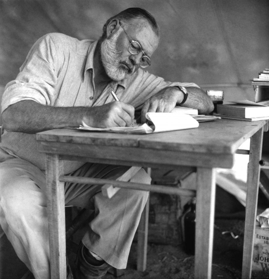Hemingway en un safari en Kenia en 1952