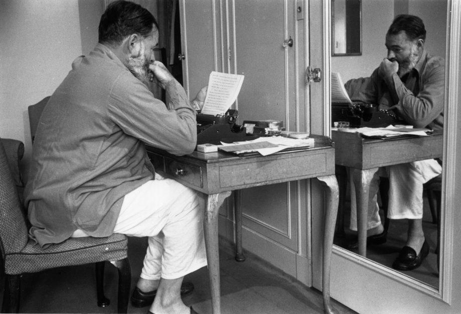 Hemingway en pijama al escribir un reporte de la Segunda Guerra Mundial como corresponsal de Estados Unidos