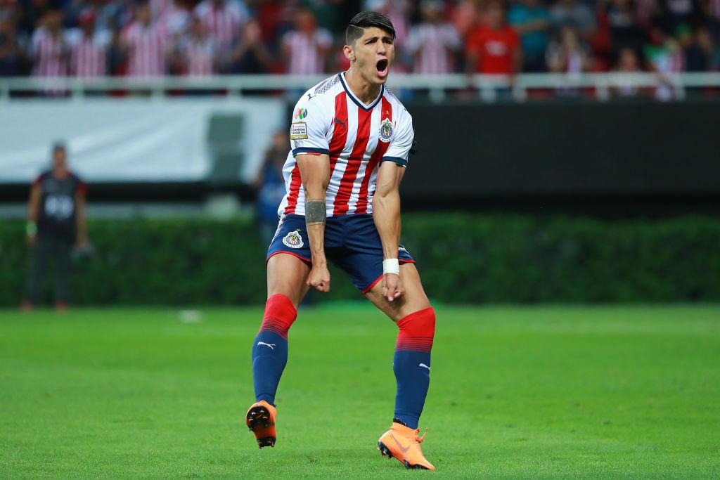 Alan Pulido piensa que Cardozo lo está haciendo 'mejor goleador'