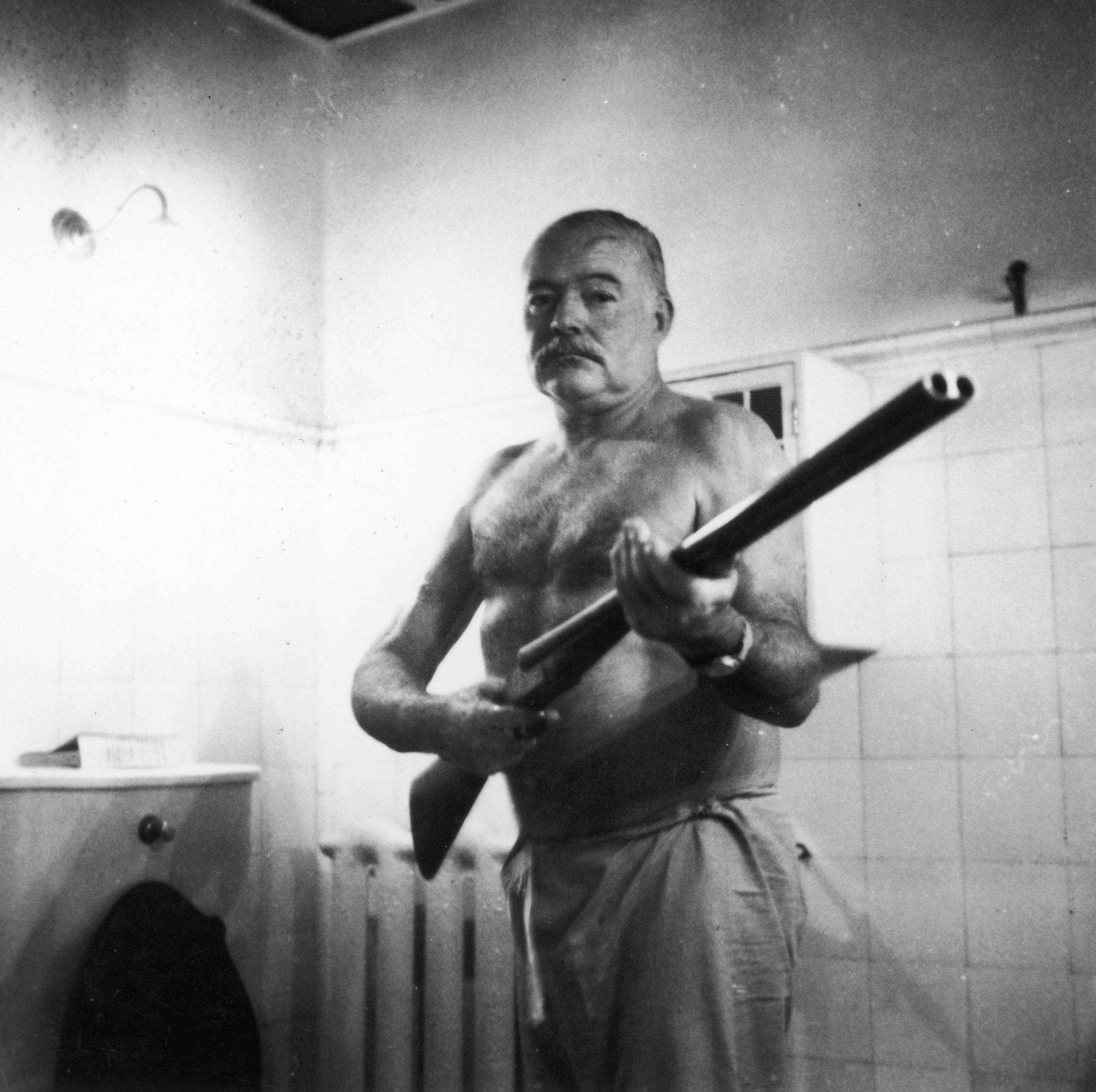 Ernest Hemingway con una escopeta en los 50.