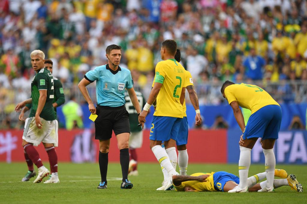 Neymar se la pasó actuando caídas en el Brasil vs México
