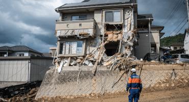 En uno de los peores desastres naturales, lluvias e inundaciones arrasan con el sur de Japón