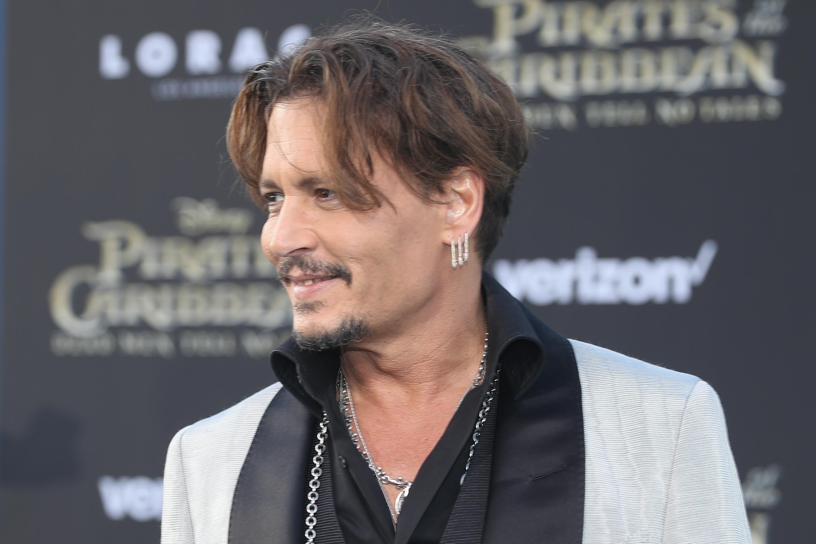 ¡Ups! Demandaron a Johnny Depp por pegarle a un miembro de su equipo de filmación